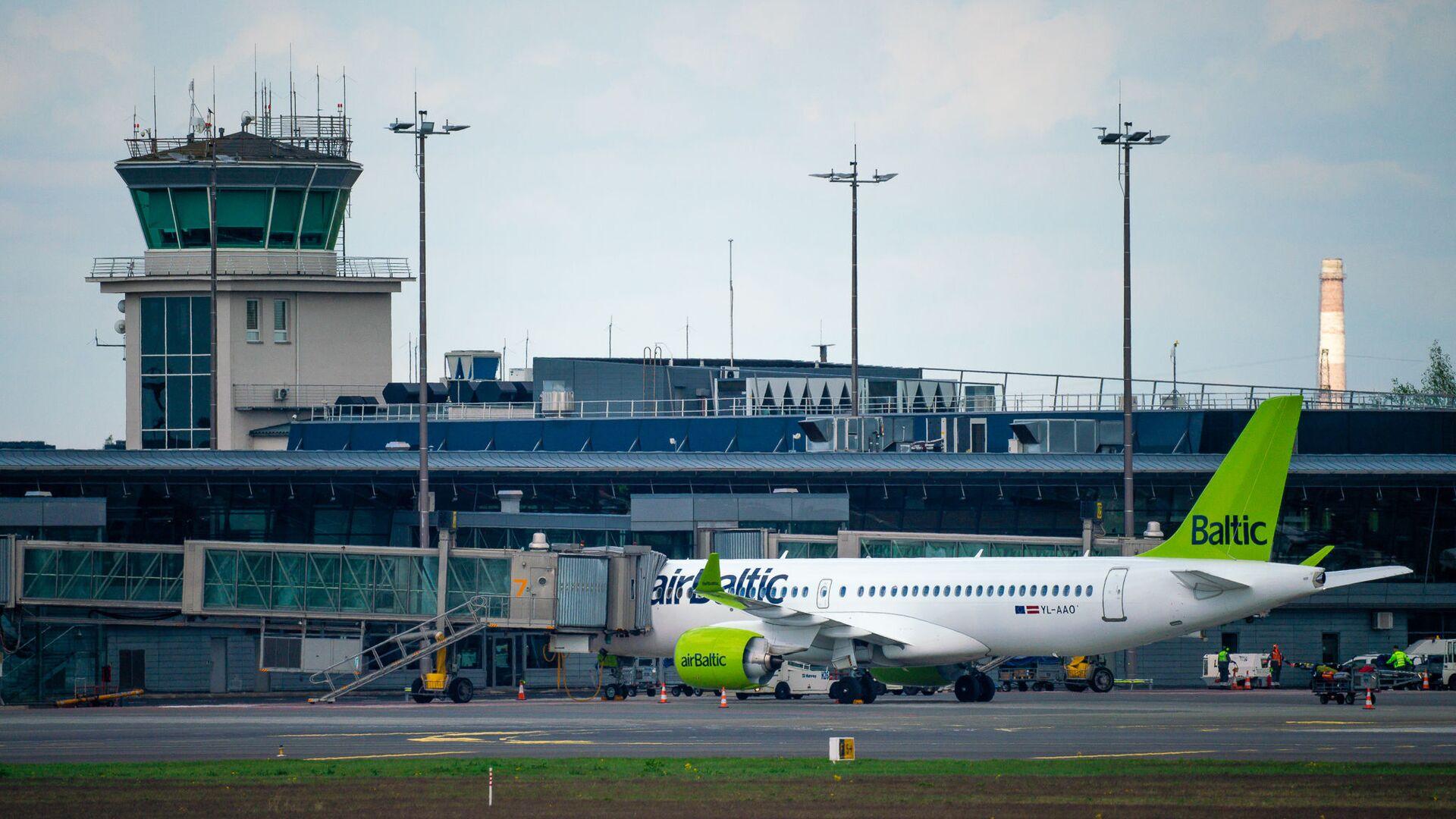 Самолет Airbus a220-300 авиакомпании airBaltic в аэропорту Рига - Sputnik Латвия, 1920, 08.07.2021