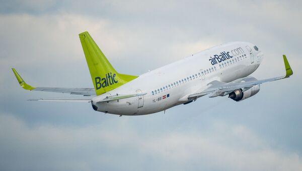 Самолет Boeing 737-33A авиакомпании airBaltic в аэропорту Рига - Sputnik Латвия