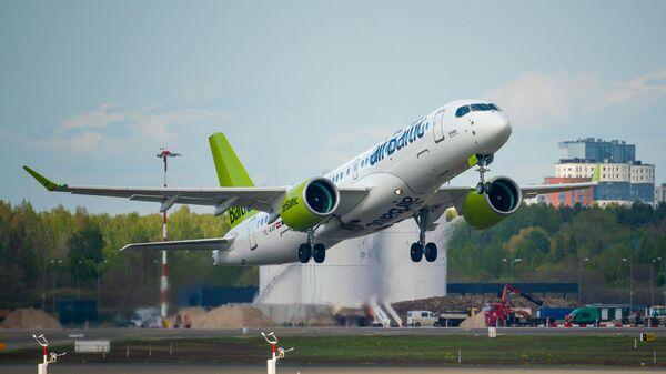 Самолет Airbus a220-300 авиакомпании airBaltic в аэропорту Рига - Sputnik Latvija