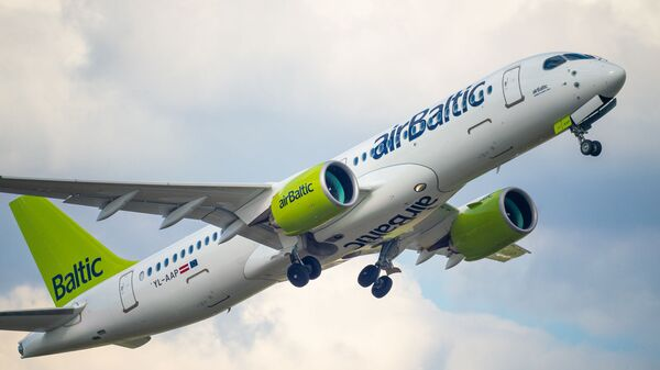 Самолет Airbus a220-300 авиакомпании airBaltic в аэропорту Рига - Sputnik Латвия