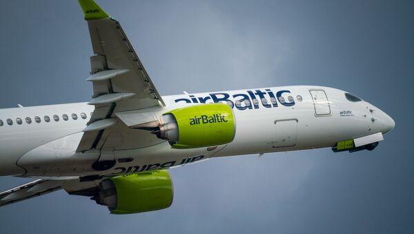 Самолет Airbus А220-300 авиакомпании airBaltic в аэропорту Рига - Sputnik Латвия