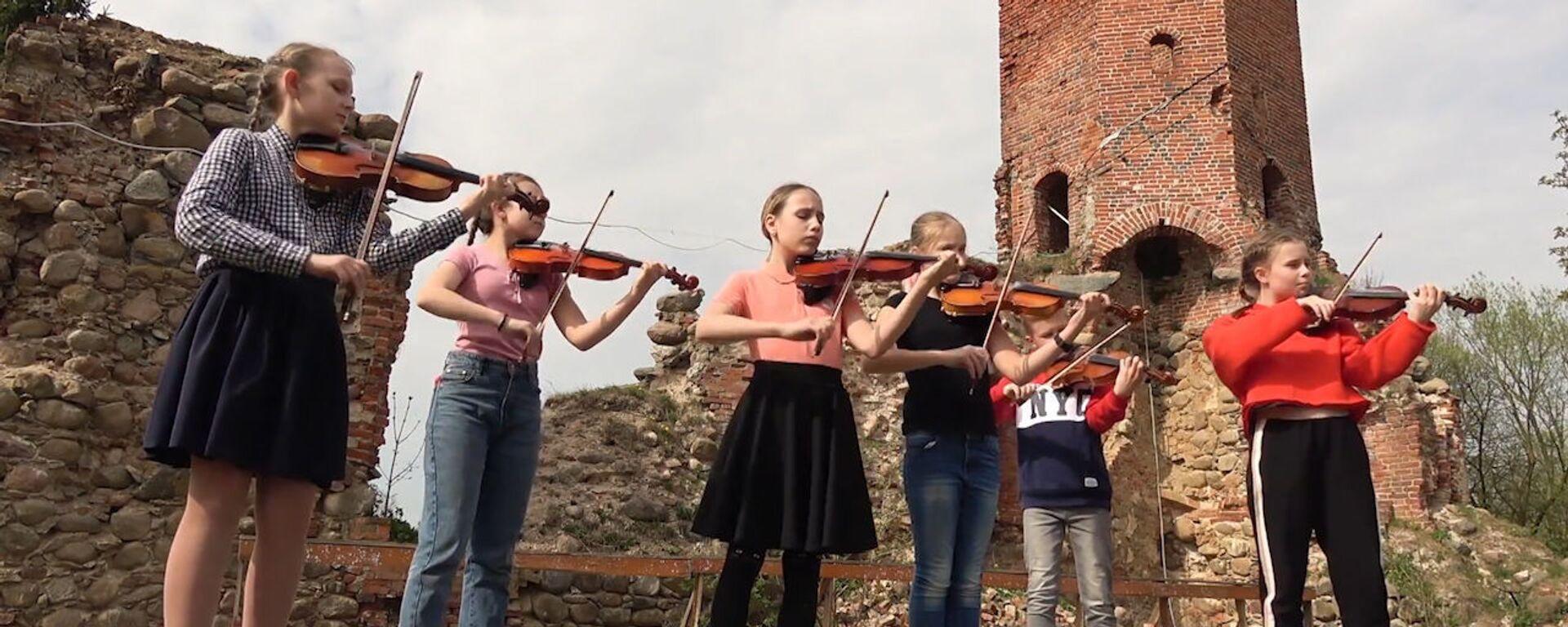 Российские дети дали концерт на руинах старинного замка - видео - Sputnik Латвия, 1920, 16.05.2019