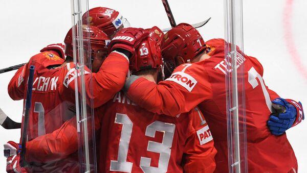 Игроки сборной России радуются забитой шайбе в матче группового этапа чемпионата мира по хоккею между сборными командами России и Чехии. - Sputnik Латвия