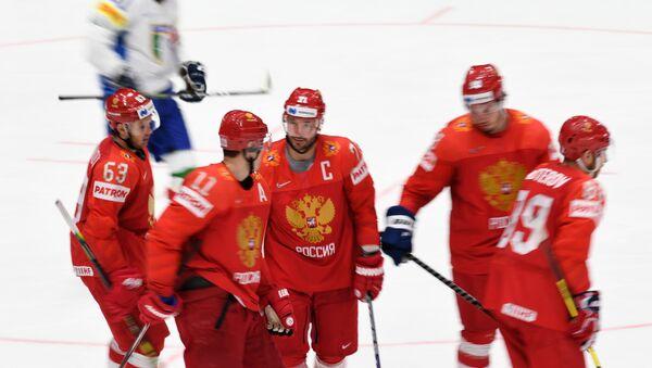 Игроки сборной России радуются заброшенной шайбе в матче группового этапа чемпионата мира по хоккею между сборными командами России и Италии. - Sputnik Латвия