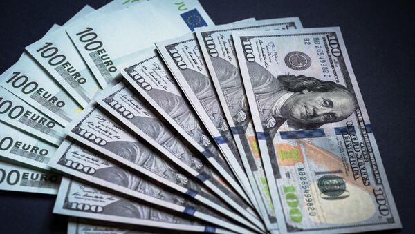 Денежные купюры: евро и доллары. - Sputnik Latvija