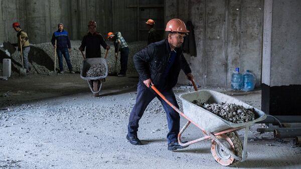 Рабочие во время строительства, архивное фото - Sputnik Латвия