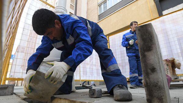 Рабочие укладывают тротуарную плитку - Sputnik Латвия