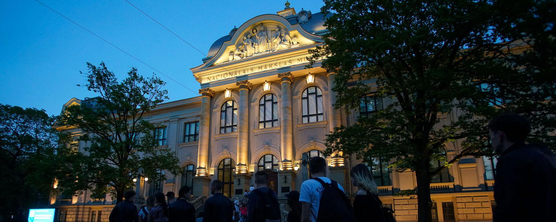 Посетители в очереди в Национальный художественный музей во время акции Ночь музеев в Риге - Sputnik Латвия, 1920, 07.06.2021
