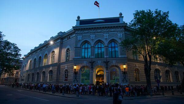 Посетители в очереди в Латвийский банк во время акции Ночь музеев в Риге - Sputnik Латвия