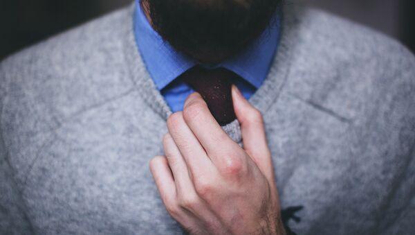 Мужчина повязывает галстук - Sputnik Латвия