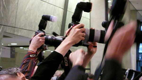 Фоторепортеры на пресс-конференции - Sputnik Латвия