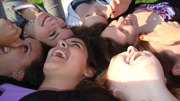 Девушки смеются - Sputnik Latvija