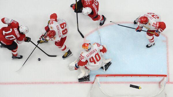Игровой момент в матче группового этапа чемпионата мира по хоккею между сборными командами Швейцарии и России.  - Sputnik Латвия