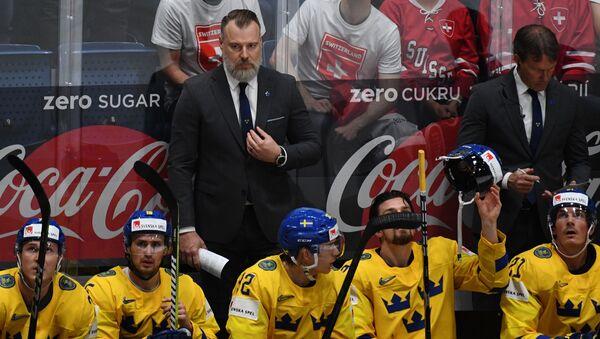 Главный тренер сборной Швеции Рикард Грёнборг и игроки на скамейке запасных - Sputnik Латвия