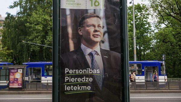 Валдис Домбровскис на предвыборном плакате - Sputnik Латвия