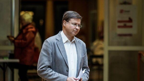 Валдис Домбровскис во время голосования на выборах в Европарламент в Риге - Sputnik Латвия