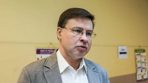 Валдис Домбровскис во время голосования на выборах в Европарламент в Риге - Sputnik Latvija