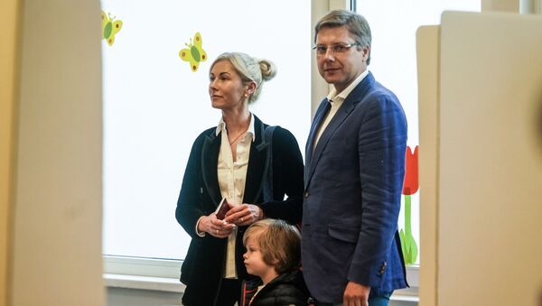 Нил Ушаков во время голосования на выборах в Европарламент в Риге - Sputnik Латвия