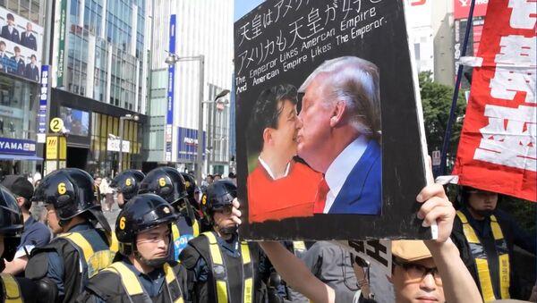 Вопреки традициям: японцы вышли на митинг против гостя - Sputnik Латвия