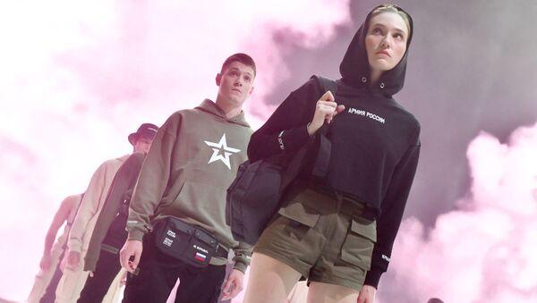 Модели демонстрируют одежду из новой коллекции компании Black Star Wear совместно с сетью магазинов Армия России - Sputnik Latvija
