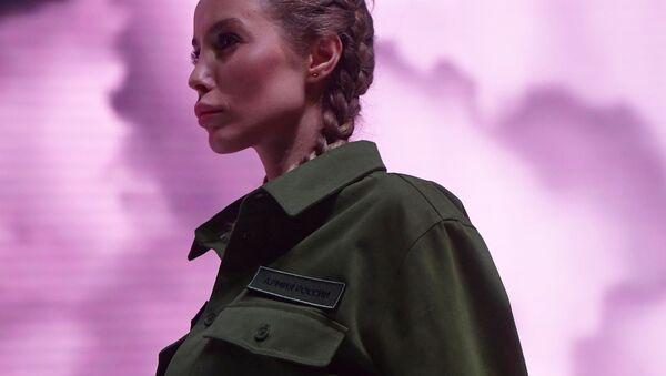 Модель демонстрирует одежду из новой коллекции компании Black Star Wear совместно с сетью магазинов Армия России - Sputnik Латвия