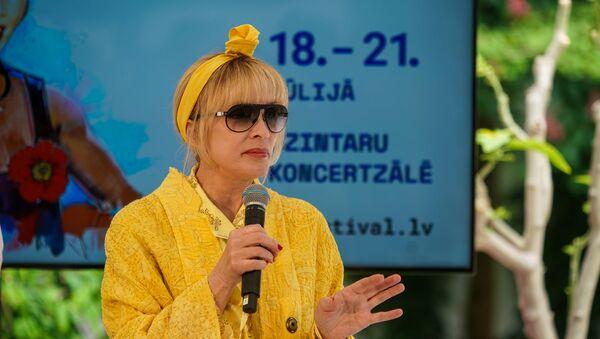 Лайма Вайкуле предстала перед публикой в солнечном наряде - Sputnik Латвия