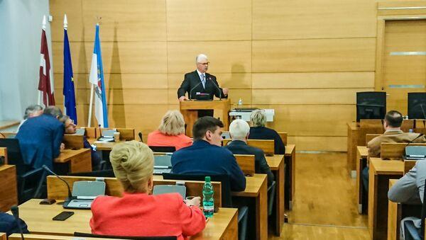 В Рижской думе проходит заседание. Дайнис Турлайс отвечает на вопросы депутатов - Sputnik Латвия