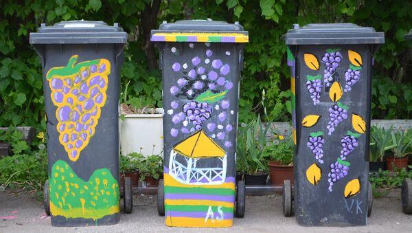 В Сабиле юные художники разрисовали мусорные контейнеры - Sputnik Латвия
