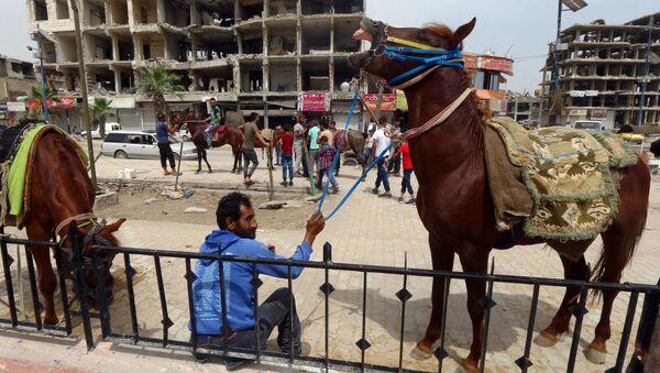 Мужчина в городе Ракка, Сирия - Sputnik Латвия
