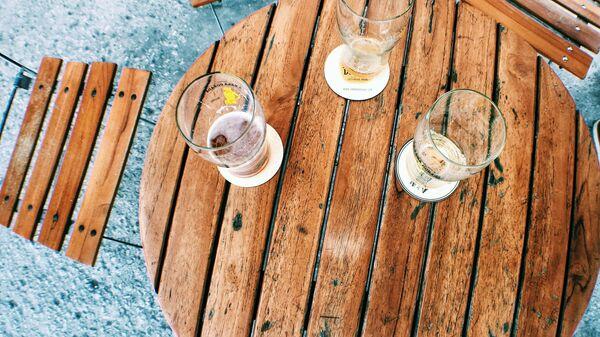 Пивные бокалы на столе - Sputnik Латвия