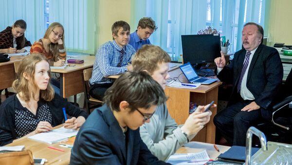 Учитель во время урока - Sputnik Latvija