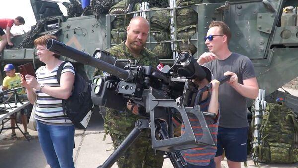 Как у себя дома: силы НАТО расползлись по городам Латвии - Sputnik Latvija
