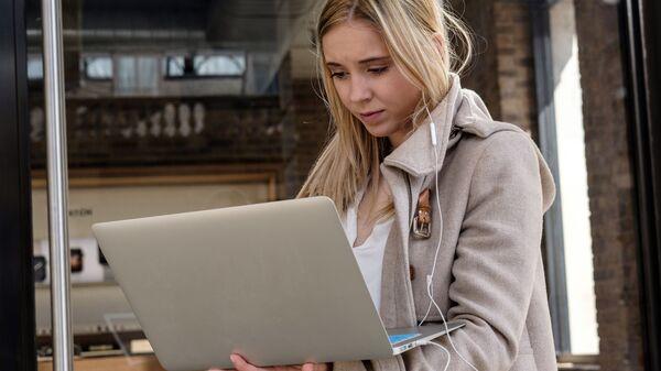 Девушка с ноутбуком - Sputnik Латвия