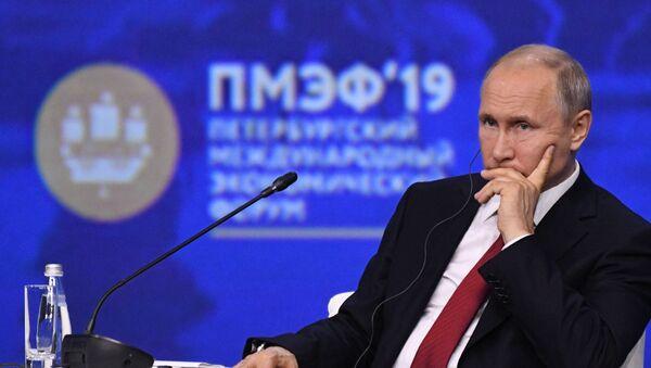 Президент РФ В. Путин на Петербургском международном экономическом форуме - Sputnik Latvija