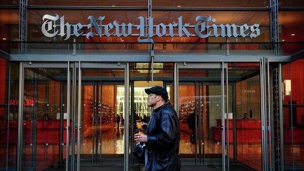 Люди  у входа в здание американской газеты Нью-Йорк Таймс в Нью-Йорке - Sputnik Латвия