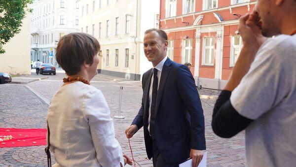 Акция протеста у дверей Сейма против налоговой политики Латвии. Депутат Сейма Алдис Гобземс получил от протестующих баранку - Sputnik Латвия