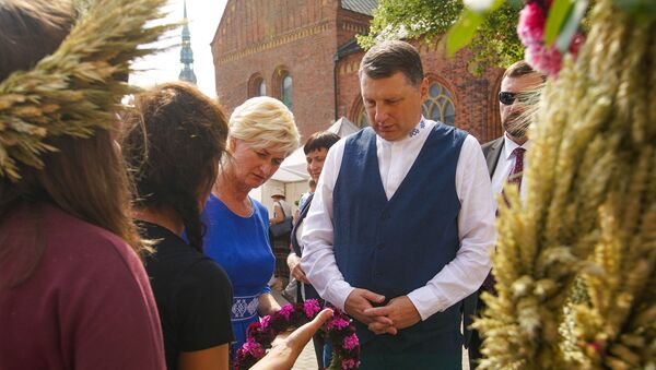 В преддверии праздника Лиго на Домской площади открылся Травяной рынок. Раймондс Вейонис с супругой Иветой Вейоне - Sputnik Латвия