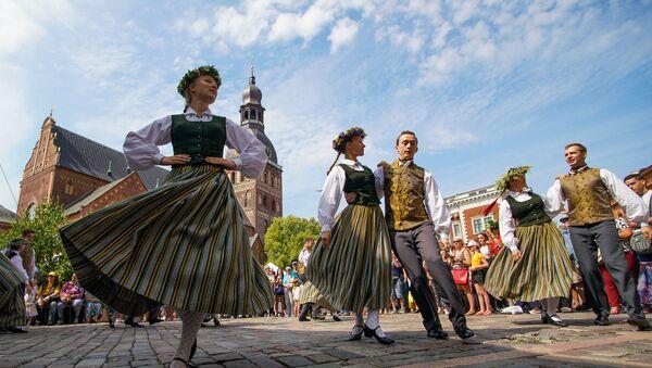 В преддверии праздника Лиго на Домской площади открылся Травяной рынок - Sputnik Latvija