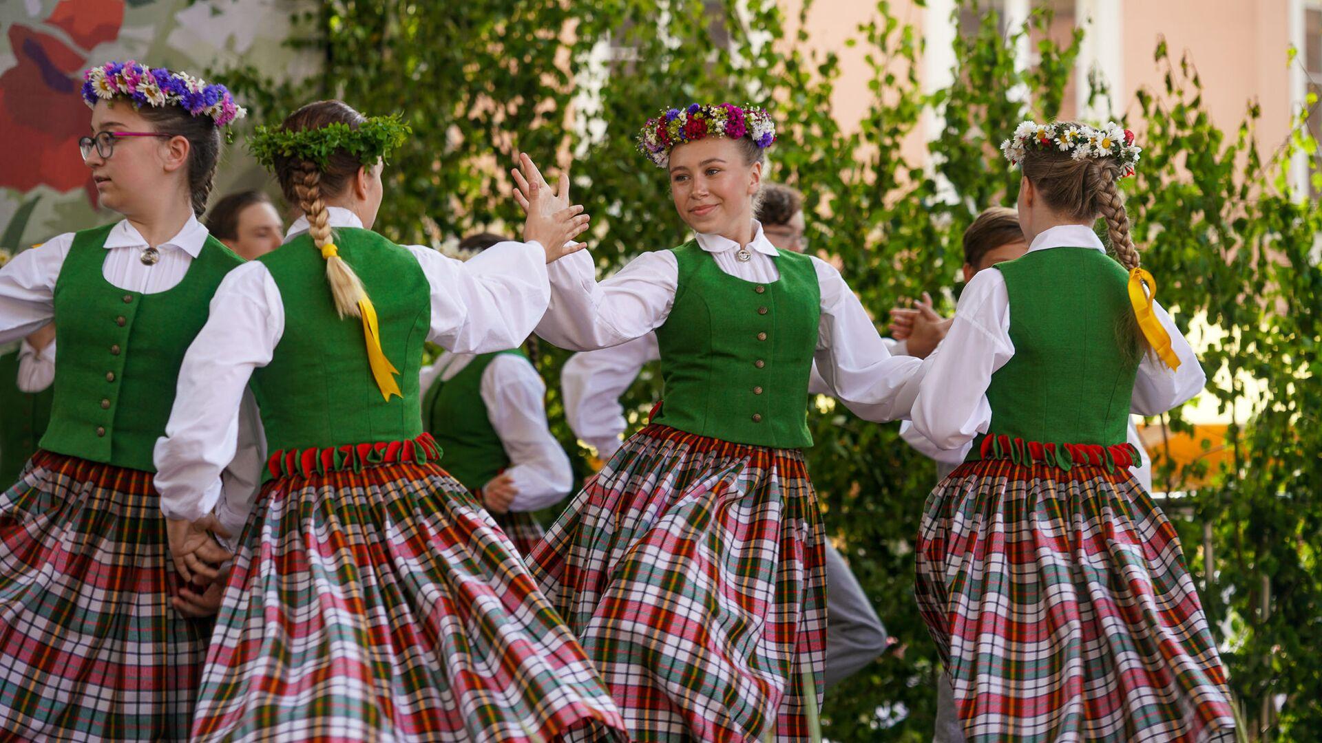 Танцы на ярмарке  - Sputnik Латвия, 1920, 03.07.2021