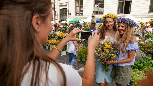 В преддверии праздника Лиго на Домской площади открылся Травяной рынок - Sputnik Латвия