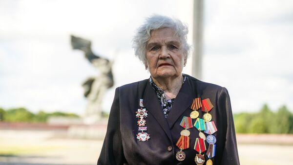 На Церемонию возложения венков к памятнику Освободителям Риги пришли ветераны - Sputnik Латвия
