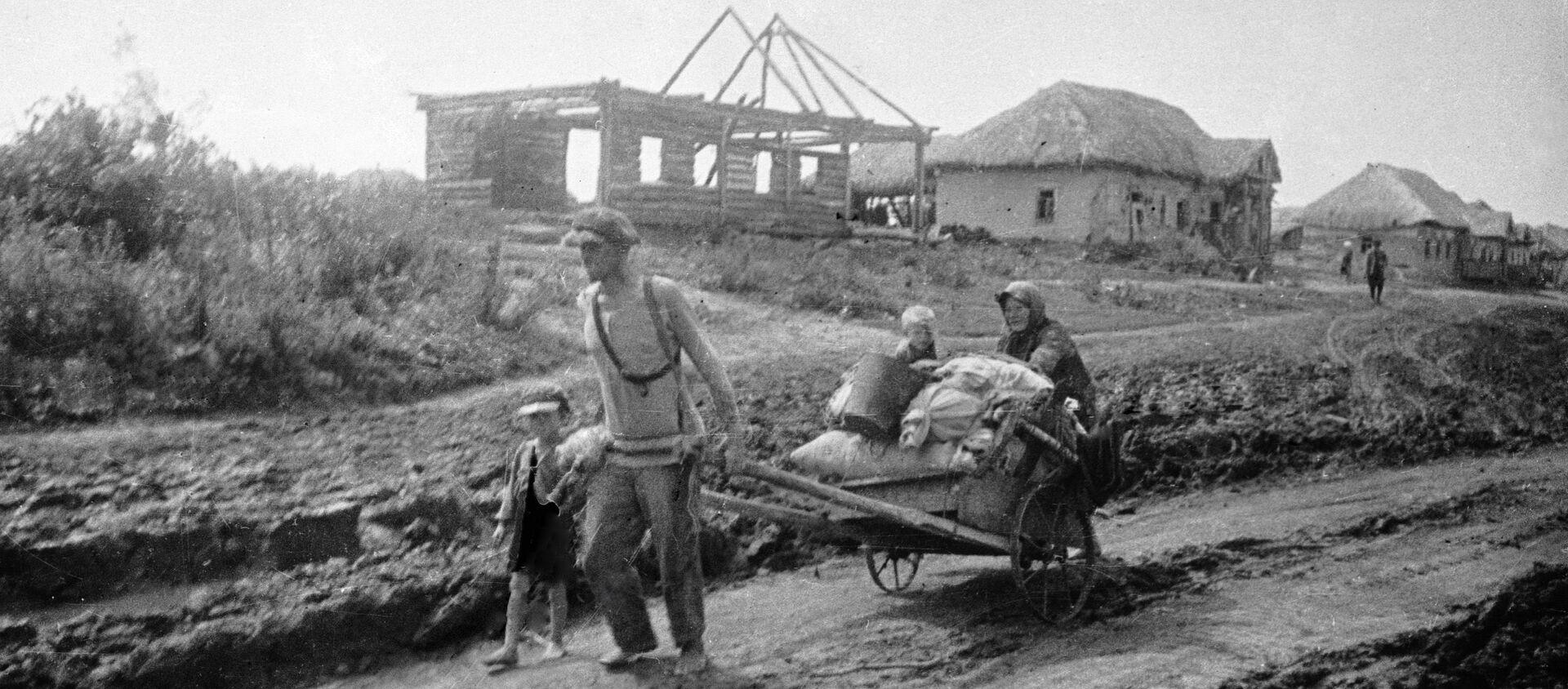 Семья уходит из родного дома, июль 1941 года - Sputnik Latvija, 1920, 28.06.2019