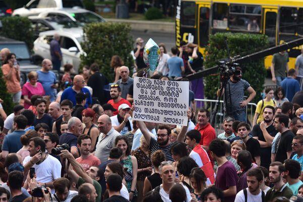 Один из протестующих пришел с плакатом, разместив на нем послание к своей сестре. Я тут, чтобы ты жила в мире и в свободной стране - такой лозунг выбрал этот молодой человек - Sputnik Латвия