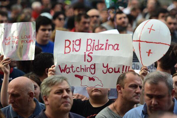 Большой Бидзина следит за тобой, - автор плаката явно читал Оруэлла.  - Sputnik Латвия