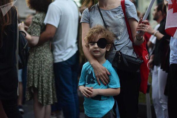 Повязка на глазу стала символом протеста против разгона беспорядков в ночь на 21 июня, во время которого грузинский актер Деметре Накопия был ранен резиновой пулей в глаз - Sputnik Латвия