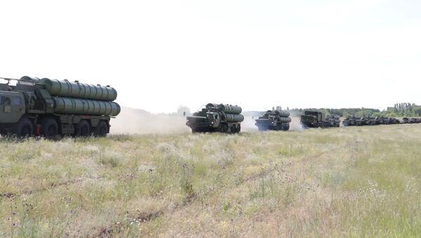 Поднятые по внезапной проверке военнослужащие совершают марш-броски - видео - Sputnik Латвия