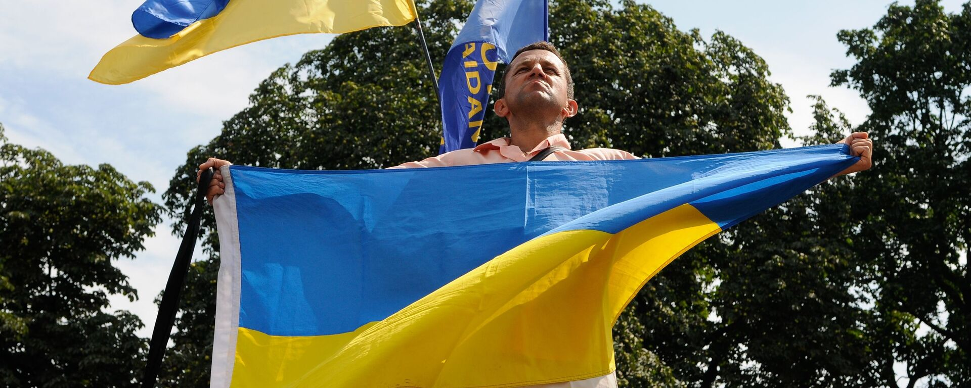 Мужчина с флагом Украины - Sputnik Латвия, 1920, 30.09.2021