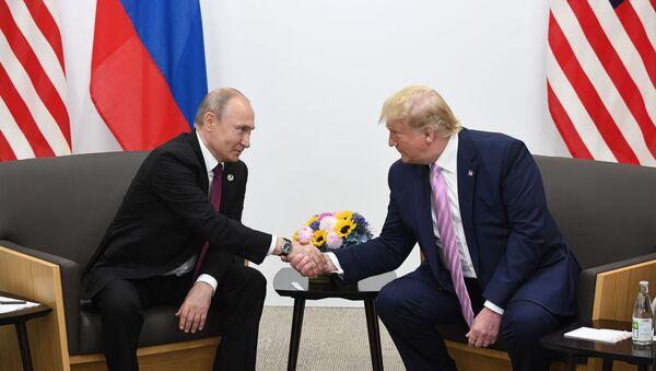 Президент РФ Владимир Путин и президент США Дональд Трамп (справа) во время встречи на полях саммита G20 в Осаке - Sputnik Латвия
