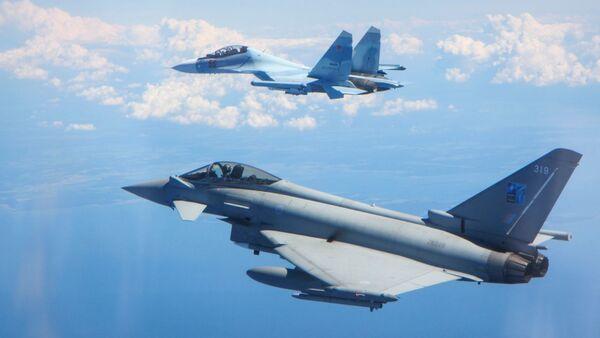 Британский истребитель сопровождает российский самолет - Sputnik Latvija