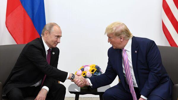 Президент РФ Владимир Путин и президент США Дональд Трамп во время встречи на полях саммита Группы двадцати в Осаке - Sputnik Latvija